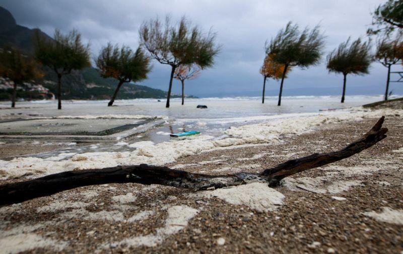 12.11.2019., Omis - Jako jugo izazvalo velike poplave na omiskoj plazi.  Photo: Milan Sabic/PIXSELL