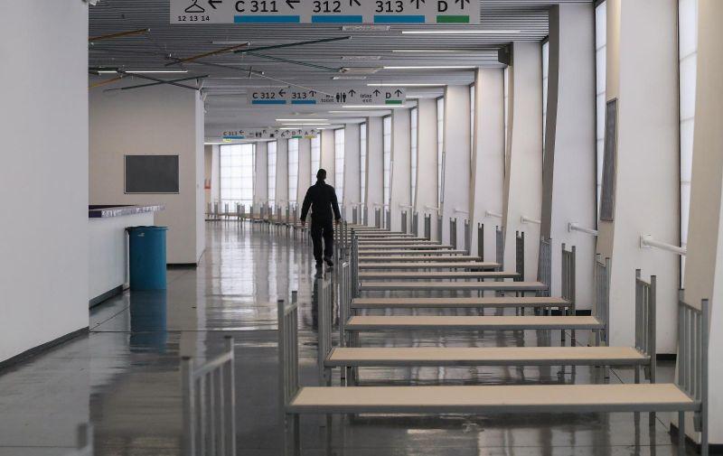 26.10.2020., Zagreb - Clanovi civilne zastite postavljaju krevete za oboljele od covida-19 u dvorani Arene Zagreb. Video: Luka Stanzl/PIXSELL