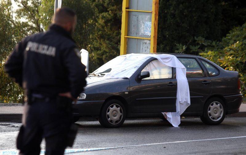 09.11.2019., Brzet, Omis - Na Jadranskoj magistrali kod skretanja za Brzet iz vatrenog oruzja je ubijen muskarac u automobilu. 38-godisnjak s djevojkom je sjedio u parkiranom vozilu kada im je prisao motociklist u crnom i ispalio mu dva metka u glavu. Policijski ocevid je u tijeku, a policija traga za pociniteljem. Photo: Miranda Cikotic/PIXSELL