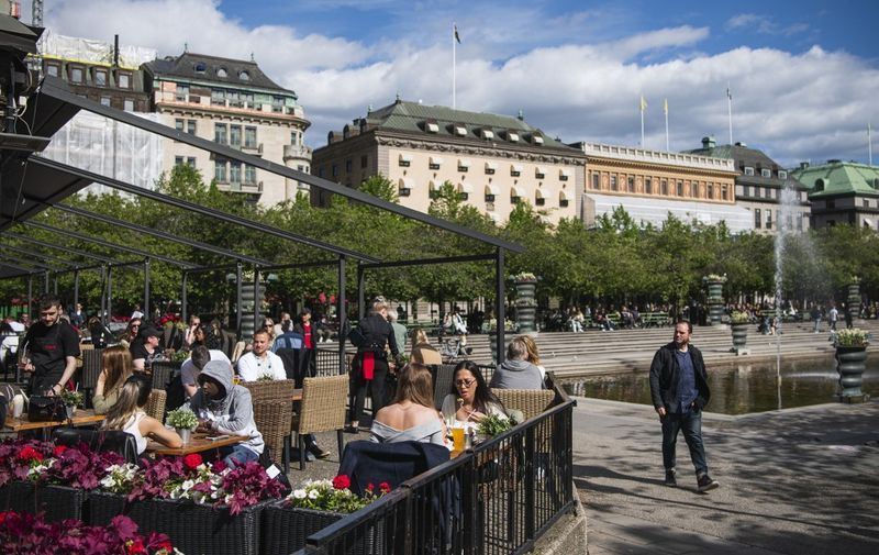 People sit in a restaurant in Stockholm on May 29, 2020, amid the coronavirus COVID-19 pandemic. - Sweden's two biggest opposition parties called Friday for an independent commission to be appointed within weeks to probe the country's response to the new coronavirus. (Photo by Jonathan NACKSTRAND / AFP)