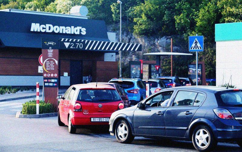 21.04.2020., Rijeka - Kolona vozila za McDrive McDonalds na benzinskoj postaji Vrata Jadrana sjever.   Photo: Goran Kovacic/PIXSELL